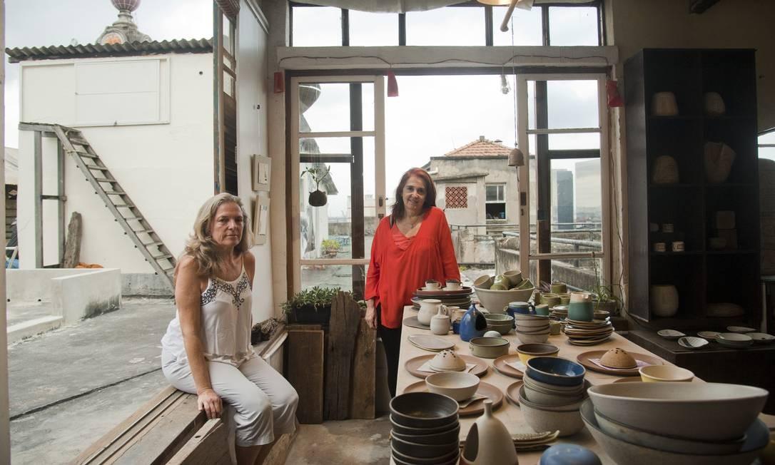 Thais de Siervi (de vermelho) e Dorothee Ledermann, montaram a Ceramo, no Atelier do Terraço Foto: Adriana Lorete / Agência O Globo