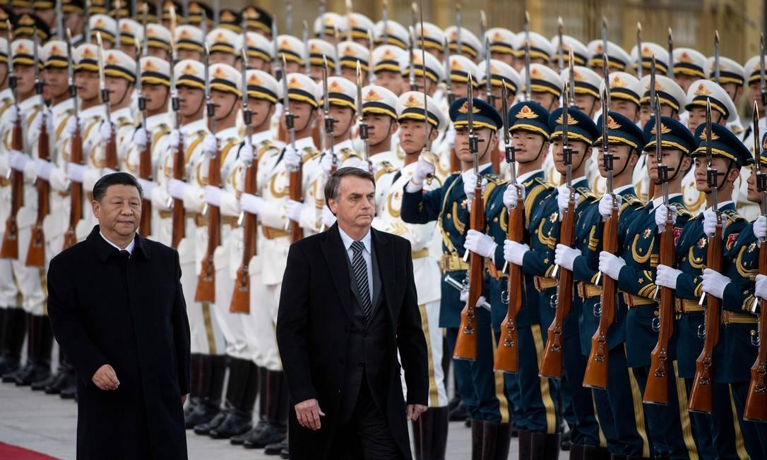 Jair Bolsonaro ao lado do presidente chinês Xi Jinping, durante visita oficial a Pequim, em outubro. Analista afirma que relação entre os dois países é regida pelo pragmatismo econômico Foto: NOEL CELIS / AFP