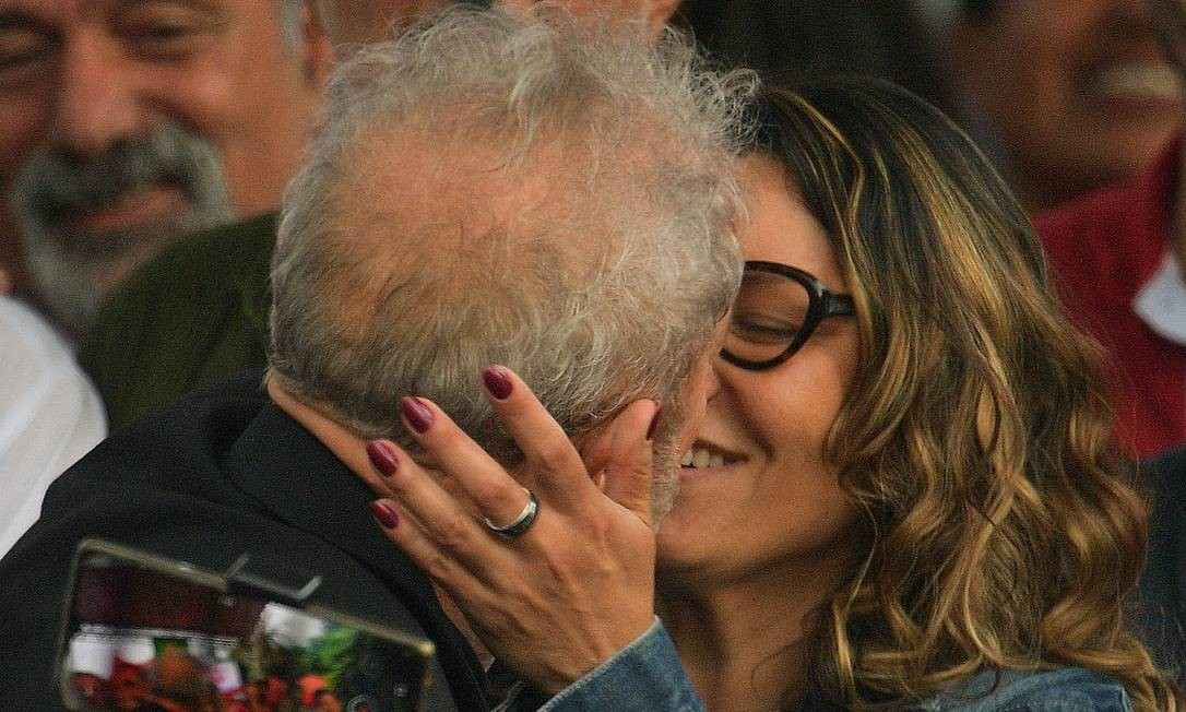 Lula beija a namorada após deixar a prisão Foto: CARL DE SOUZA / AFP