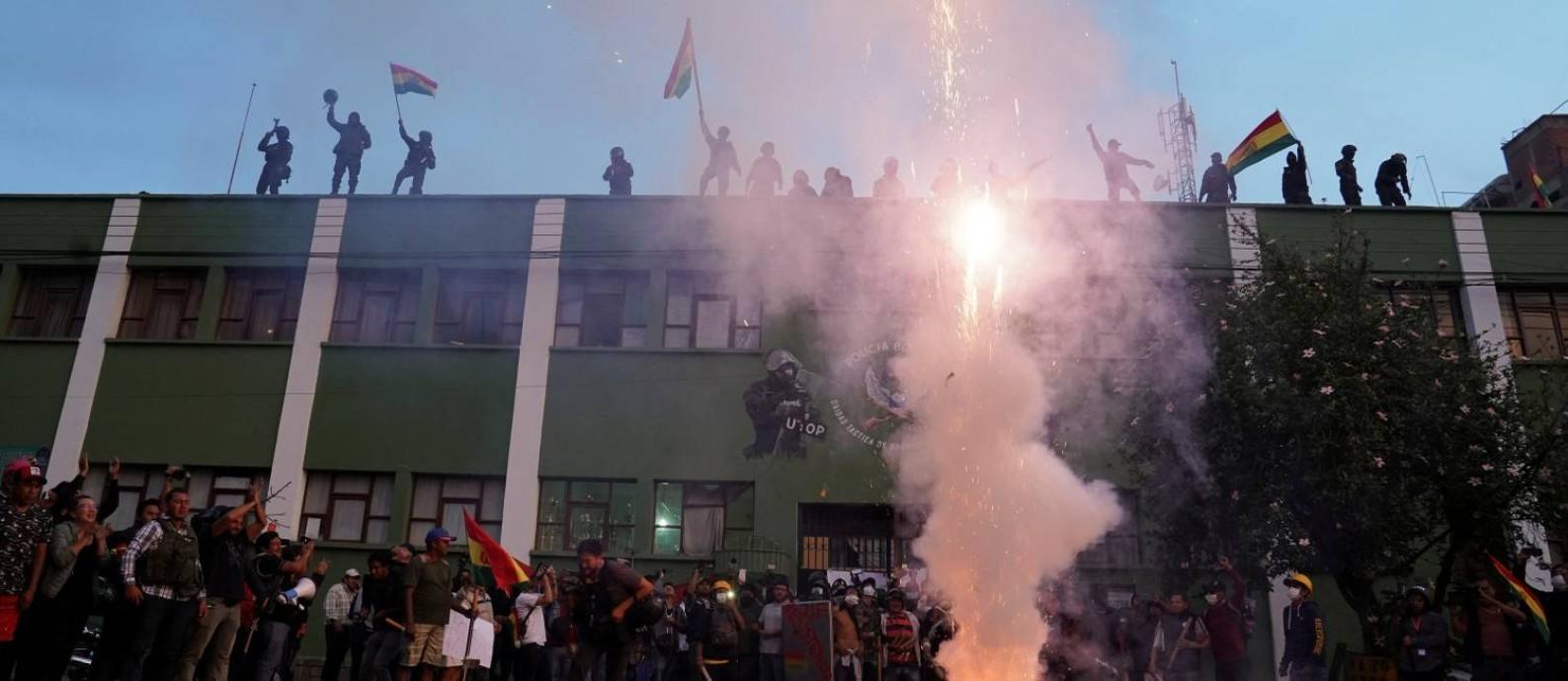 Policiais amotinados ocupam o telhado de um quartel em Cochabamba, Bolívia Foto: DANILO BALDERRAMA / REUTERS
