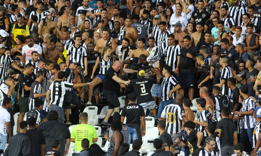 Confusões na arquibancada do Nilton Santos marcaram último clássico entre Botafogo e Flamengo Foto: Photo Premium / Agência O Globo
