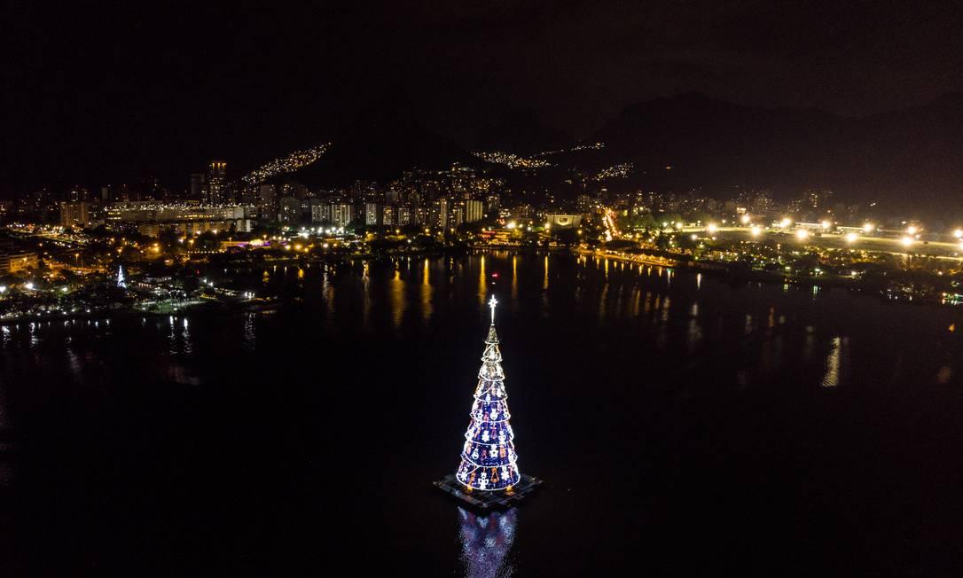 A árvore montada no ano passado: pesquisa mostra que estrutura atrai cerca de 400 mil pessoas por ano Foto: Brenno Carvalho / Agência O Globo