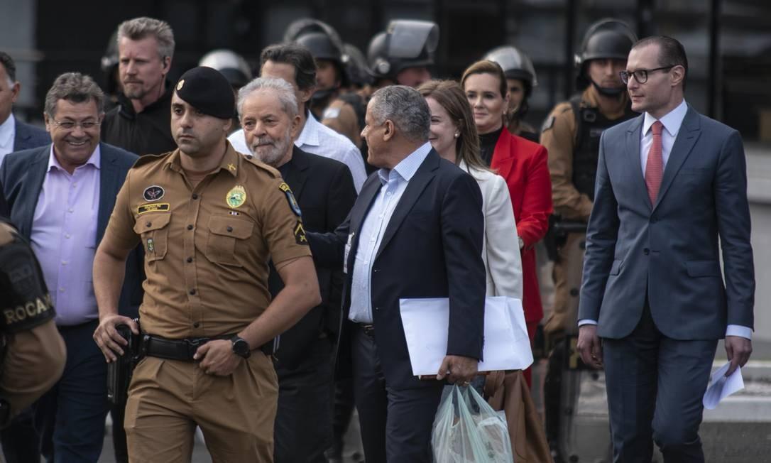Lula deixa a prisão na superintedência da Polícia Federal em Curitiba Foto: Marcelo Andrade / Agência O Globo