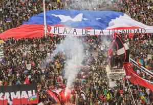 """Manifestantes """"rebatizam"""" a Praça da Itália de Praça da Dignidade durante os protestos em Santiago Foto: MARTIN BERNETTI / AFP"""