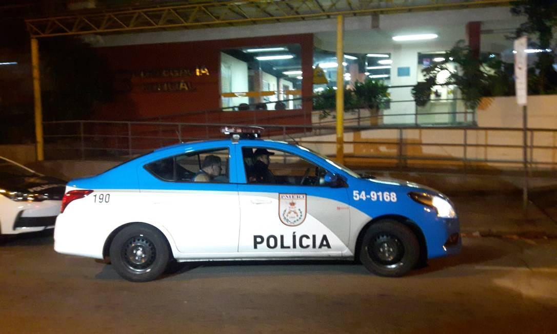 Viatura chega à 23ª DP com coronel envolvido em atropelamento Foto: Saulo Pereira Guimarães / Agência O Globo