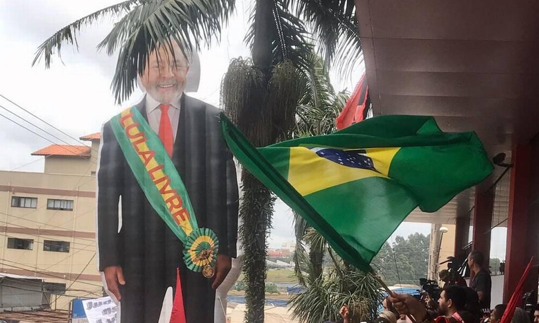 Manifestantes inflaram um boneco gigante de Lula à espera do petista Foto: Guilherme Caetano