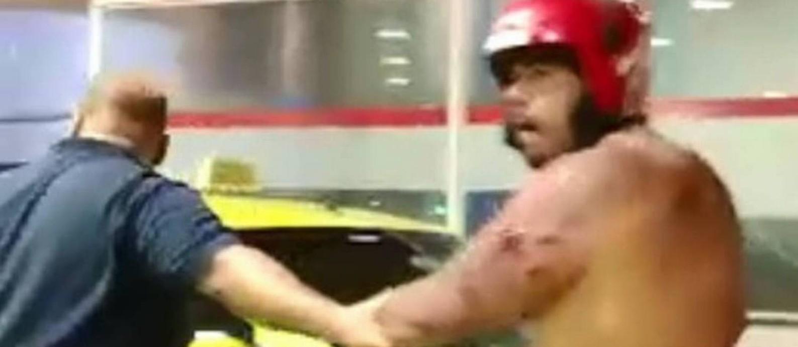 Jonathan, de capacete, sendo levado para o hospital Foto: Reprodução