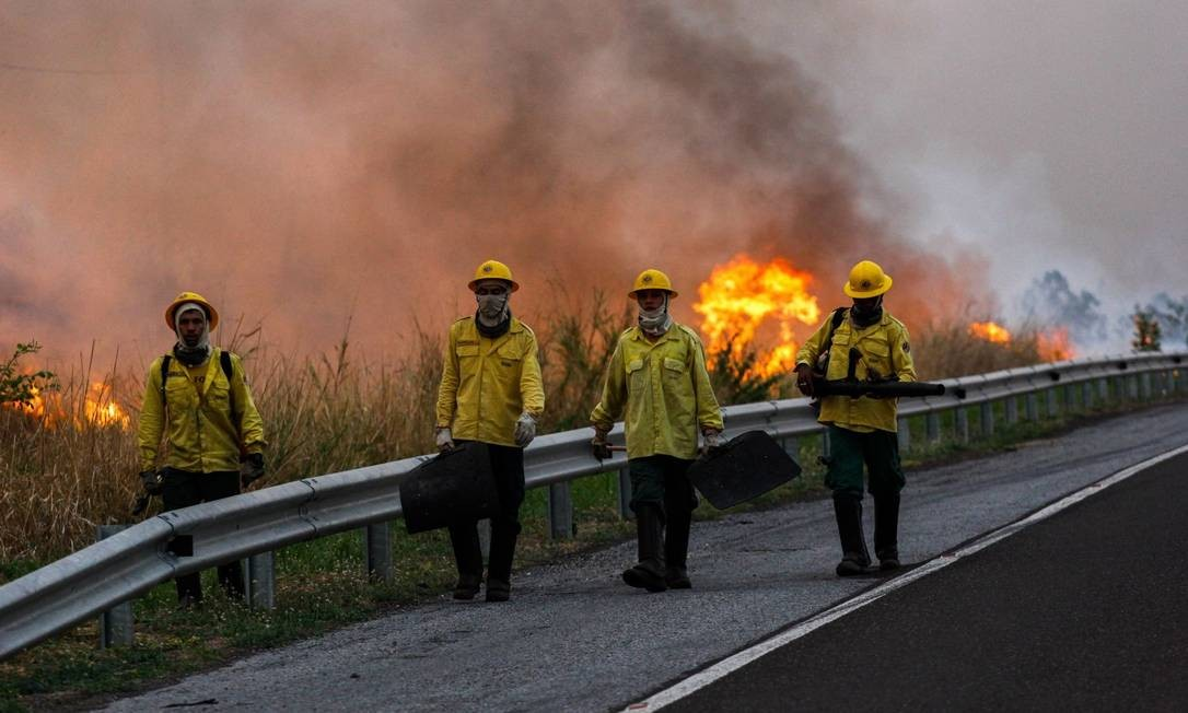 Bombeiros combatem incêndio na região de Corumbá (MS), no Pantanal Foto: CHICO RIBEIRO / AFP