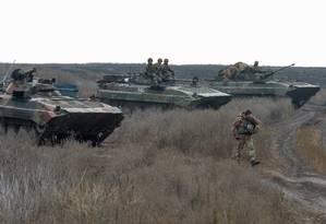 Tropas ucranianas retiram tanques na região de Bogdanivka, na região de Donetsk, dominada por separatistas pró-Rússia Foto: OLEKSANDR KLYMENKO / REUTERS