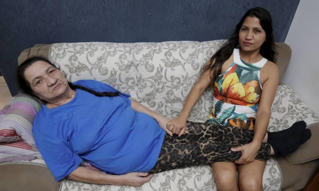 Juciane Gomes (à direita) tomou os devidos cuidados e evitou que a mãe, Iracy Maria Gomes, de 65 anos, passasse por uma segunda amputação Foto: Marcelo Theobald / Agência O Globo