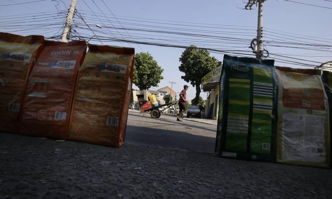 Entrega de mercadorias não é feita em Cordovil Foto: ANTONIO SCORZA / Agência O Globo
