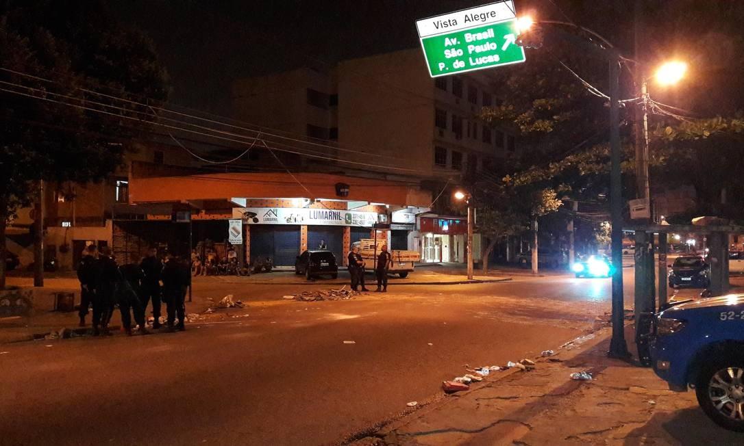 Avenida Brás de Pina, na altura do número 2271, em Vista Alegre, onde moradores fizeram protesto Foto: Saulo Pereira Guimarães / Agência O Globo