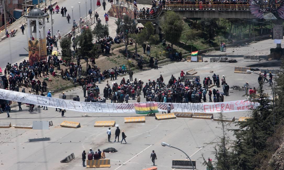 Em meio à tensão, partidários de Morales bloqueiam uma rua de La Paz Foto: Manuel Claure / REUTERS