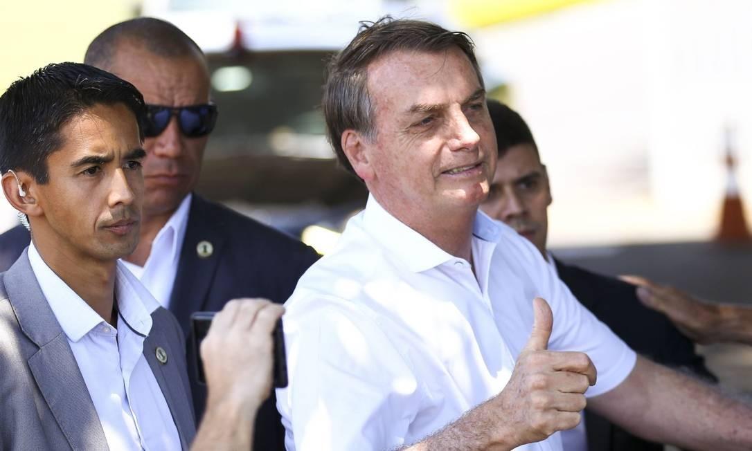 O presidente Jair Bolsonaro cumprimenta turistas no Palácio da Alvorada Foto: Marcelo Camargo/Agência Brasil / Agência O Globo