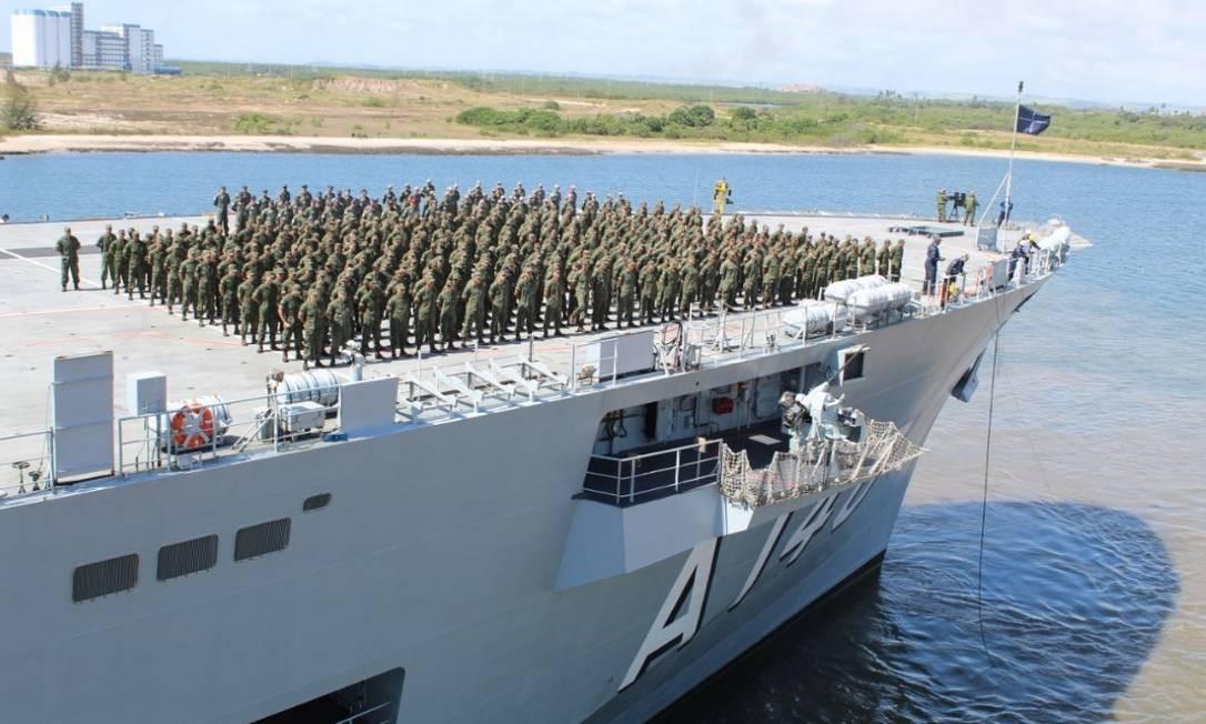 Militares do porta-helicópteros multipropósito Atlântico chegam ao Porto do Suape, em Pernambuco Foto: Divulgação/Marinheiro (RM2) Costa