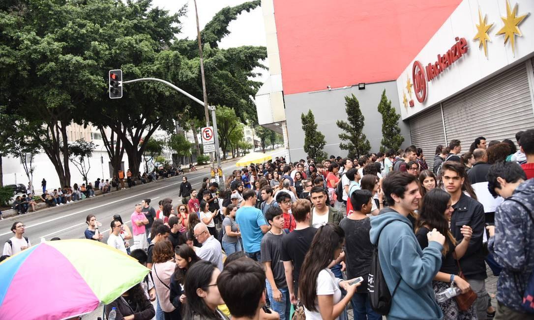 Movimentação dos candidatos para o segundo dia de prova do Enem na faculdade Universidade Presbiteriana Mackenzie, em São Paulo Foto: FramePhoto / Agência O Globo