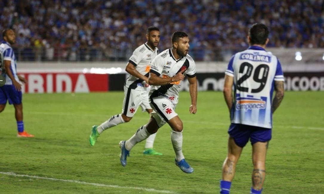 Oswaldo Henríquez comemora seu gol, o segundo do Vasco Foto: Carlos Gregório Jr/Vasco