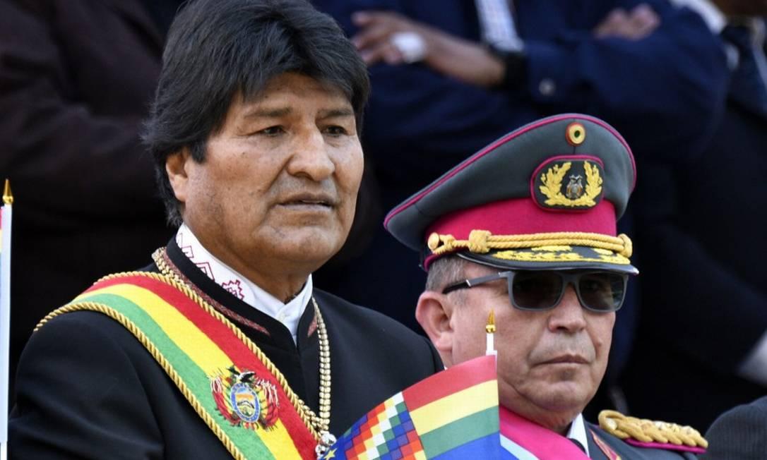 O presidente boliviano Evo Morales, ao lado do chefe das Forças Armadas Williams Kaliman, durante evento oficial Foto: AIZAR RALDES / AFP / 23-03-2019