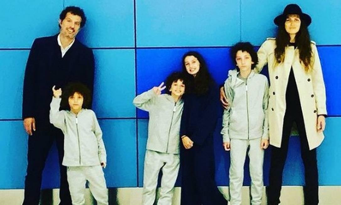 Guy Oseary (à esquerda), Michelle Alves (à direita) e os quatro filhos Foto: Reprodução/ Instagram