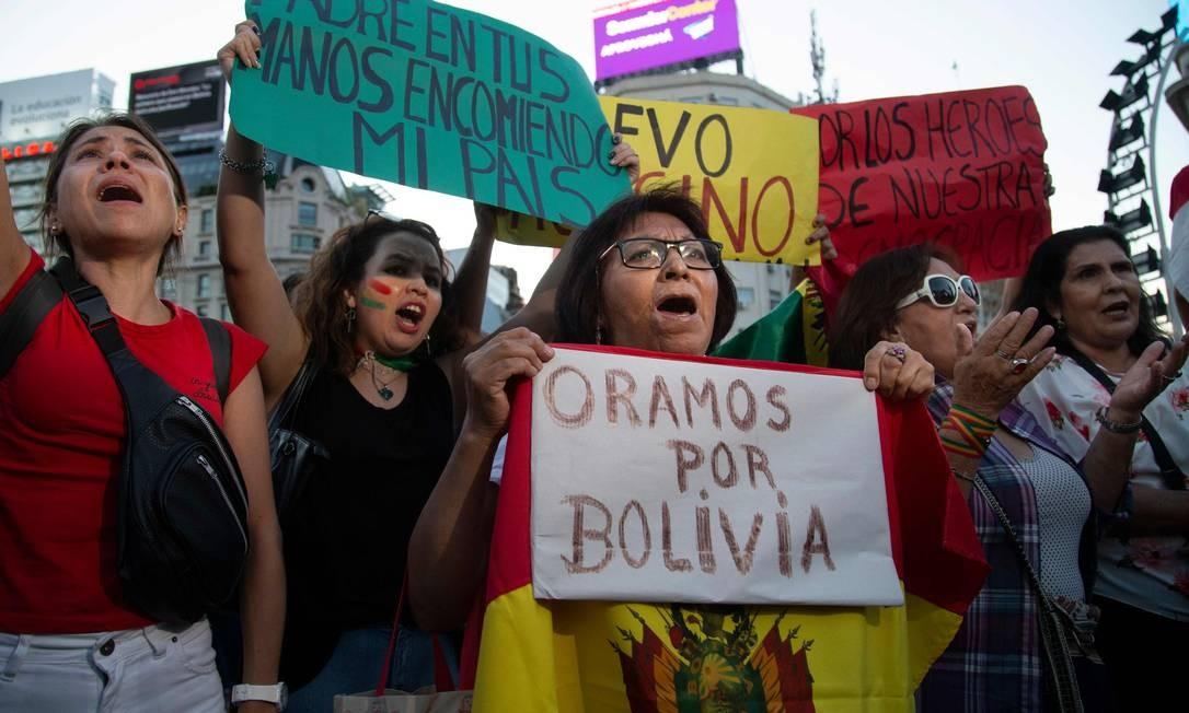 Grupo de pessoas comemorando a renúncia do presidente boliviano Evo Morales, em Buenos Aires, Argentina Foto: Jose Luis Perrino / AFP