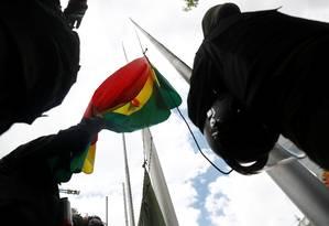 Policiais ao lado de bandeira da Bolívia em La Paz Foto: KAI PFAFFENBACH / REUTERS/09-11-2019