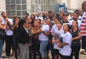 Parentes e amigos participaram do enterro de Sérgio Souza Júnior, que levou um tiro no peito após uma briga entre flanelinhas e PM Foto: Rafael Nascimento de Souza