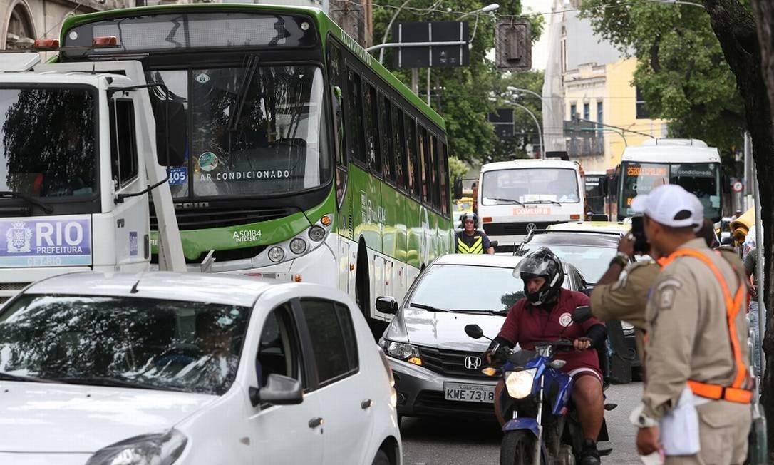 Ônibus é rebocado após acidente na Rua Frei Caneca, no Rio. Foto: Pedro Teixeira / Agência O Globo
