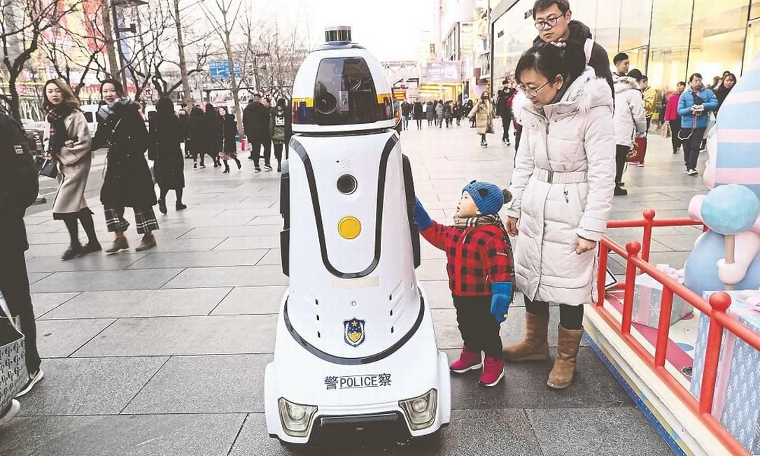O robô policial patrulha a zona de pedestres, atraindo os olhares dos curiosos Foto: Divulgação