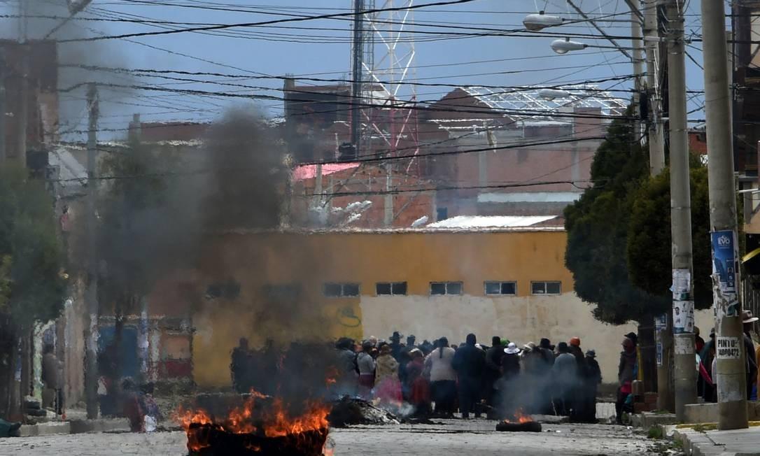 Manifestantes pró-Morales bloqueiam uma rua de El Alto, cidade vizinha a La Paz que é reduto eleitoral do presidente demissionário Foto: AIZAR RALDES / AFP