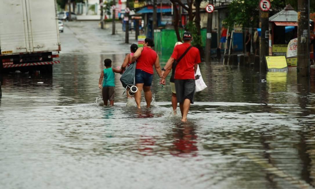 Chuva transforma a Estrada do Barro Vermelho, em Rocha Miranda, em um rio Foto: Gabriel de Paiva / Agência O Globo