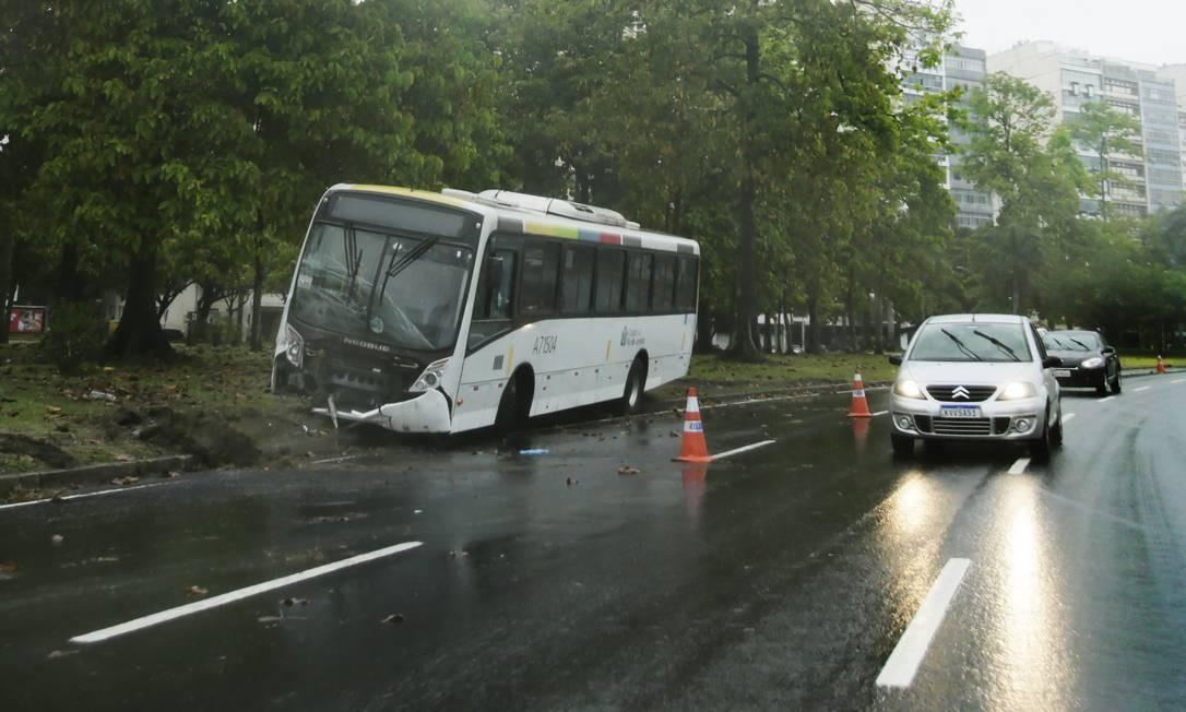 Ônibus que subiu no canteiro após derrapar: em dez dias, consórcio teve oito veículos envolvidos em acidentes nas pistas do Aterro do Flamengo Foto: Antonio Scorza / Agência O Globo