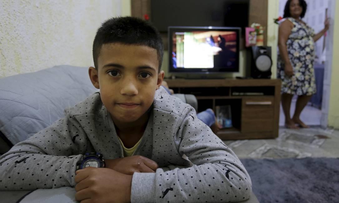 Gustavo, de 10 anos, é um dos 2 milhões de jovens brasileiros que estão fora da escola. Foto: Marcelo Theobald / Agência O Globo