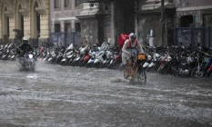 Chuva forte nesta segunda-feira deixou ruas alagadas pela cidade. Clima deve continuar chuvoso. Porém, com menor intensidade Foto: Márcia Foletto / Agência O Globo