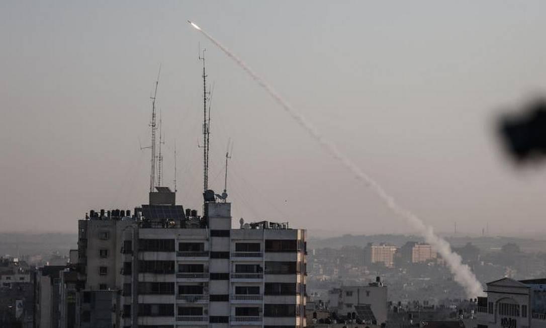 Foguetes palestinos disparados após Israel atacar e matar um comandante da Jihad Islâmico