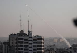 Foguetes palestinos disparados após Israel atacar e matar um comandante da Jihad Islâmico Foto: AFP