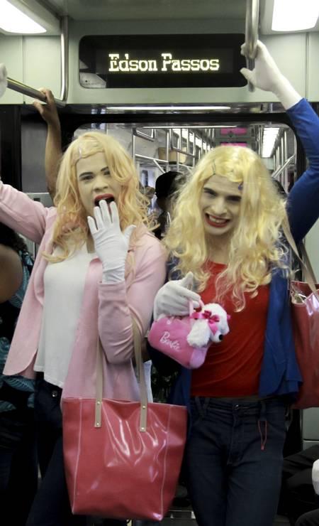 Os jovens Lucas Rafael e Thiago se vestem como as personagens do filme 'As branquelas' e fazem apresentações dentro do trem da SuperVia Foto: Gabriel de Paiva / Agência O Globo