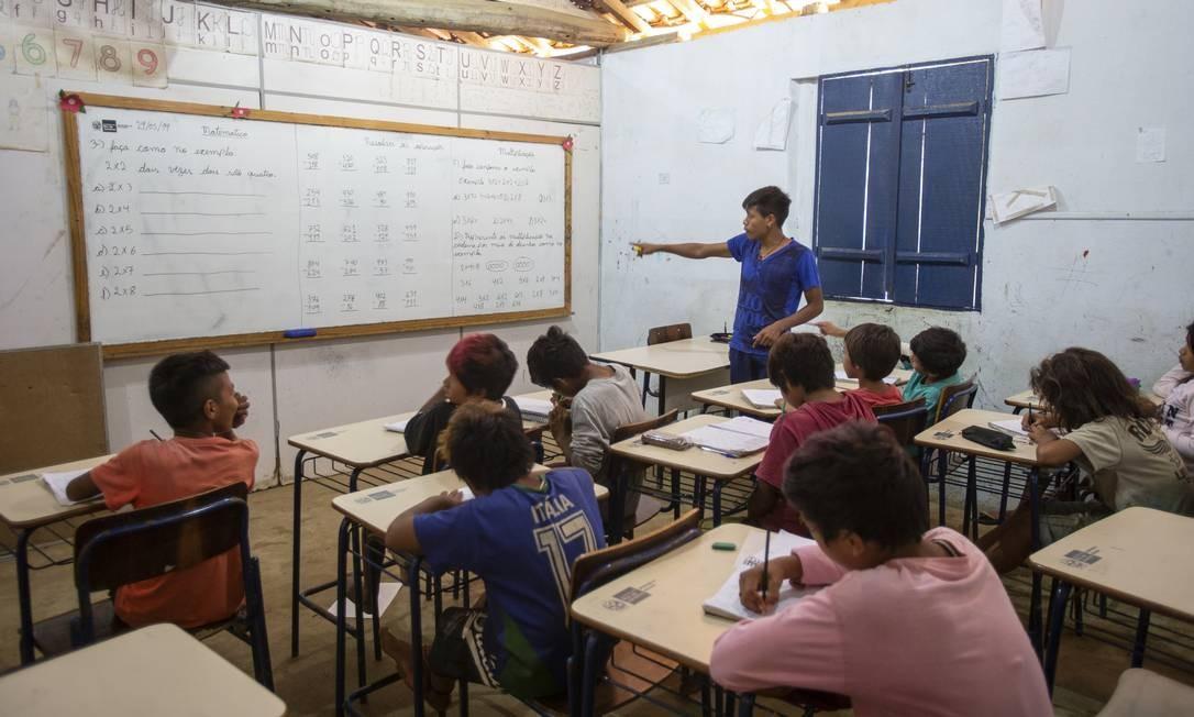 Alunos acompanham aula em escola indígena bilíngue em Paraty (RJ) Foto: Alexandre Cassiano / Agência O Globo