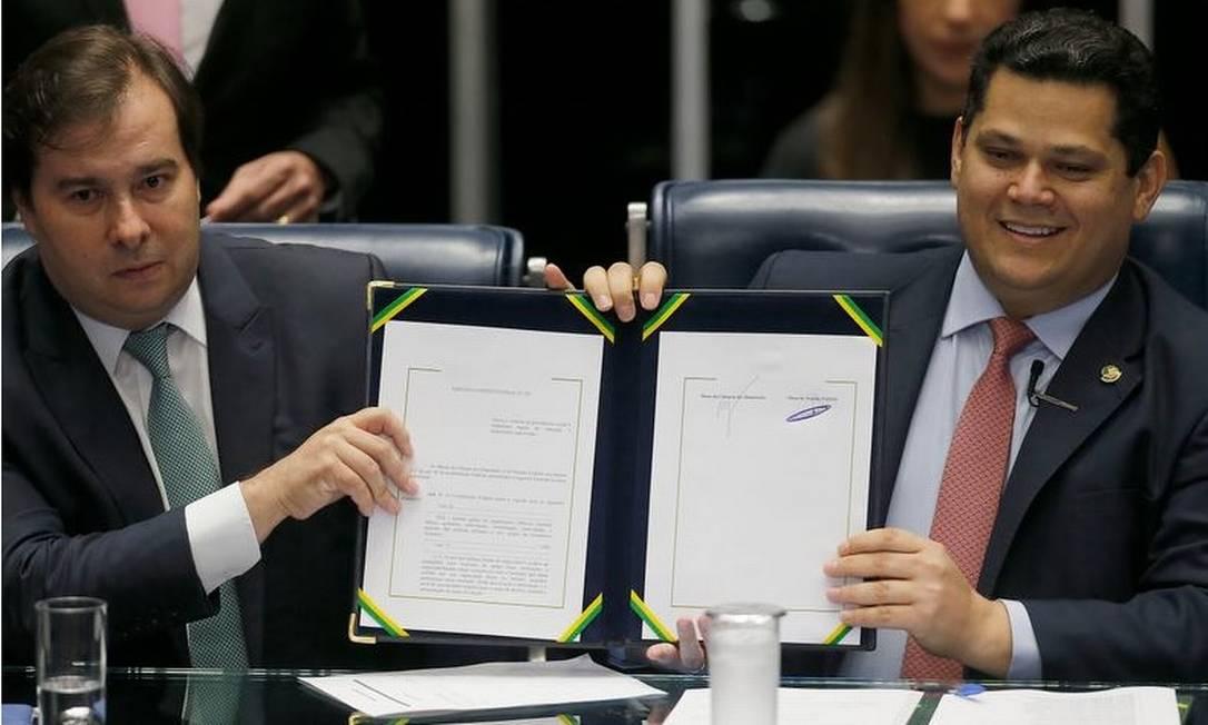 Os presidente da Câmara, Rodrigo Maia, e o do Senado, Davi Alcolumbre, durante a sessão solene em que foi promulgada a Emenda Constitucional da reforma da Previdência Foto: Jorge William - Agência O Globo