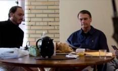 Carlos Bolsonaro (à eaquerda) com o pai, Jair, em café da manhã Foto: Arquivo/Agência O Globo