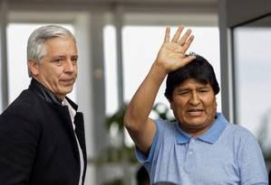 Evo Morales com García Linera, que foi seu vice, ao chegar ao México Foto: LUIS CORTES / REUTERS