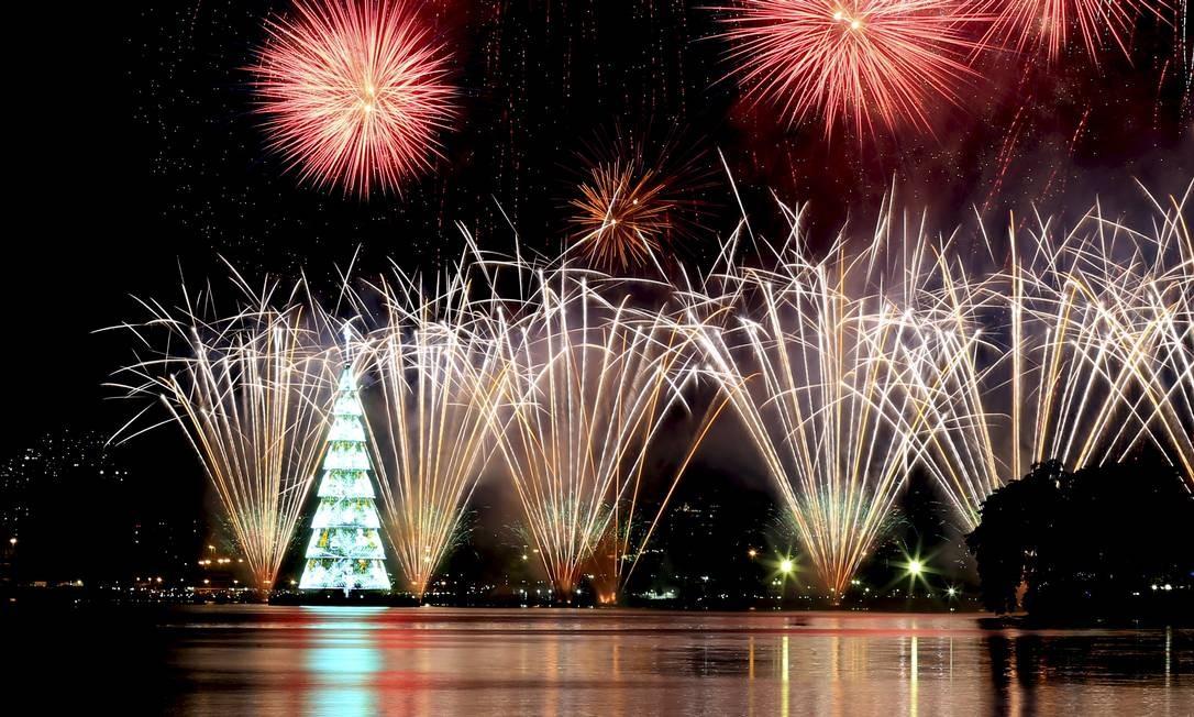 Show de fogos de artifício no ano passado, durante inauguração da Árvore de Natal da Lagoa Foto: Marcelo Theobald / Agência O Globo