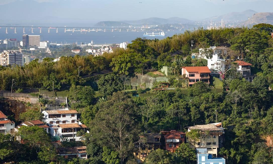 Morro Santa Marta é um dos ameaçados pela liberação de construções acima da cota 50 pretendida pelo prefeito Marcelo Crivella Foto: Roberto Moreyra / Agência O Globo