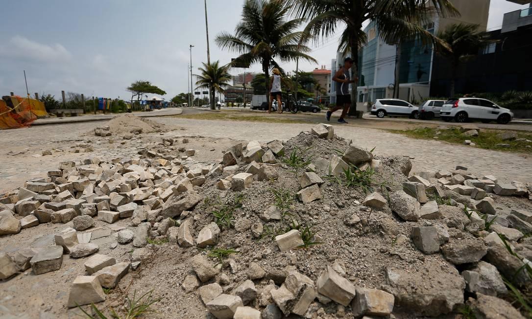 Pedras portuguesas soltas na altura do G-Mar, no Pepê Foto: Pablo Jacob / Pablo Jacob/31-10-2019
