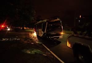 Acidente entre dois ônibus deixa um morto no Aterro, na noite do dia 2 de novembro Foto: Letícia Gasparini / Letícia Gasparini/02.11.2019