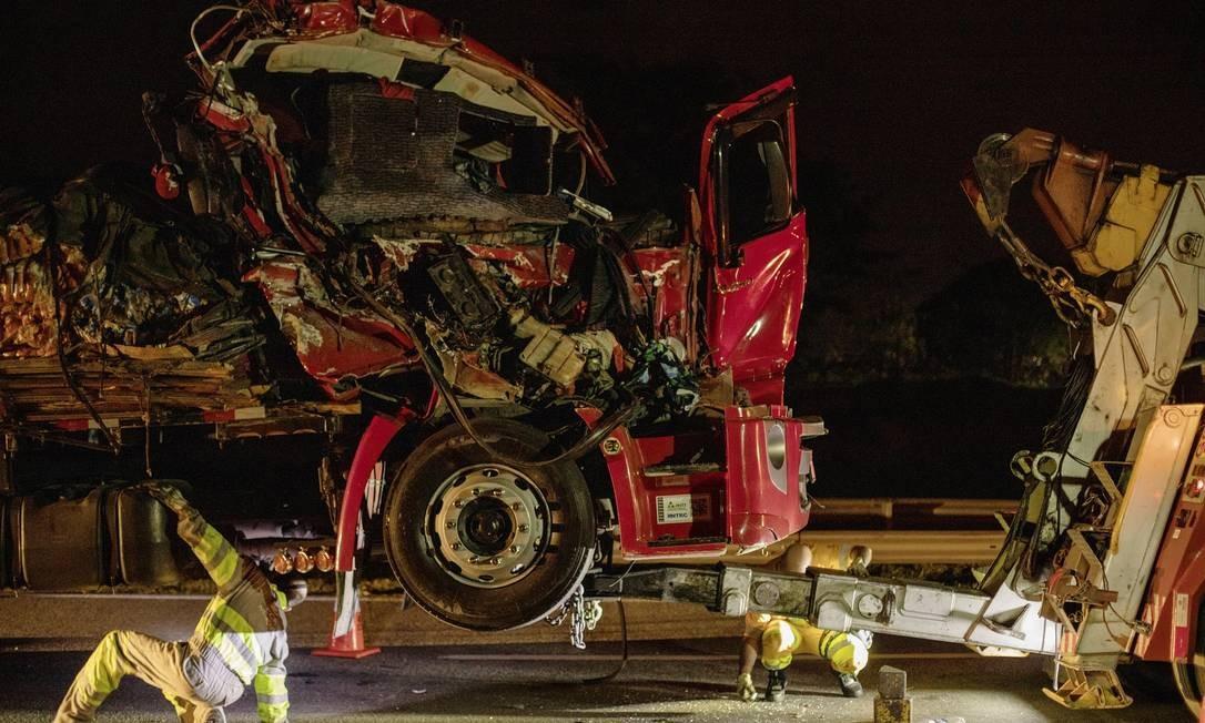 Acidente entre dois caminhões de carga na Rodovia Presidente Dutra Foto: Gabriel Monteiro / Agência O Globo