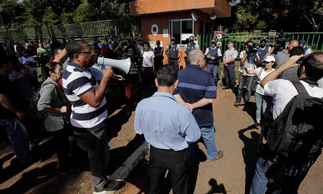 Embaixada da Venezuela recebeu protestos na manhã de hoje Foto: Sergio Moraes / Reuters