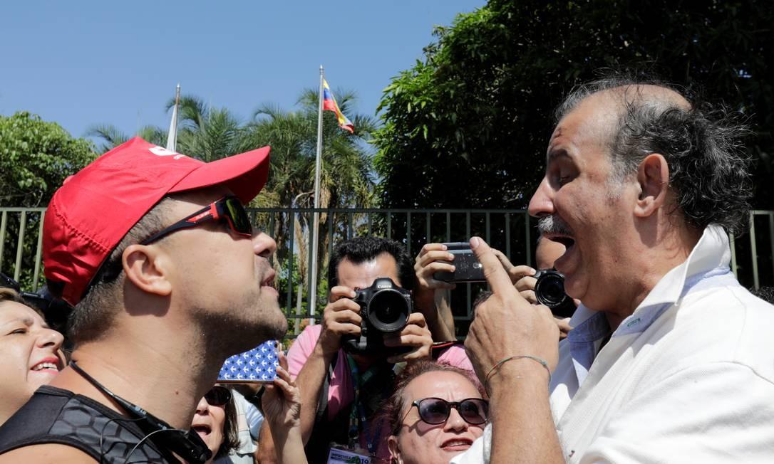 Apoiador do presidente Nicolas Maduro bate boca com apoiador do opositor Juan Guaidó, que se autoproclamou presidente da Venezuela Foto: Sergio Moraes / Reuters