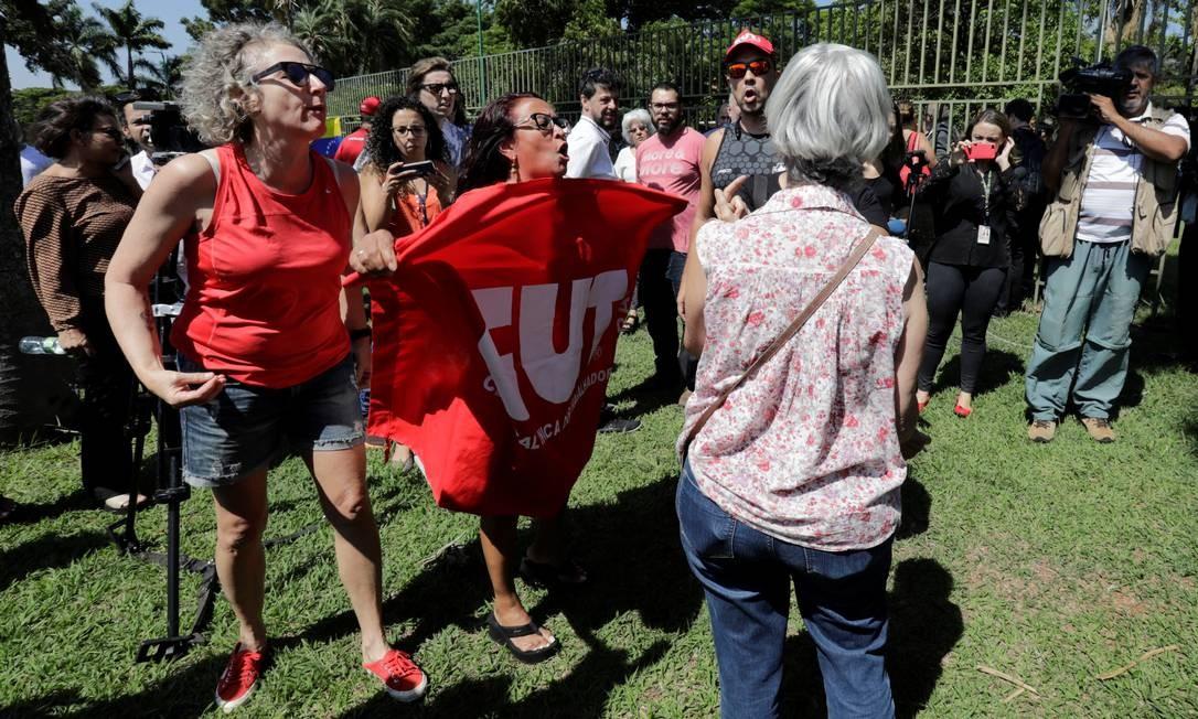 Sindicalistas da Central Única dos Trabalhadores (CUT) engrossam apoio a Nicolas Maduro Foto: Sergio Moraes / Reuters