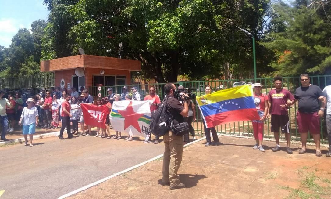 Apoiadores do presidente Nicolás Maduro protestam em frente à embaixada da Venezuela Foto: Gabriel Shinohara / O Globo