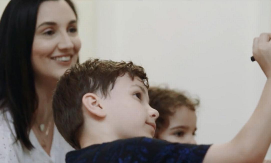 A publicitária e artesã Mariana Lima com os filhos Clara e Felipe Foto: G.LAB